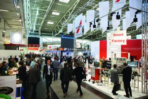 p28 productronica-2015-besucher-in-den-messehallen